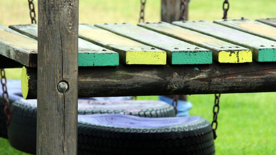 Ein Spielplatz mit Reifen und Brücke.