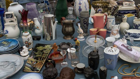 Vasen, Krüge und Sammelsurium auf dem Flohmarkt.