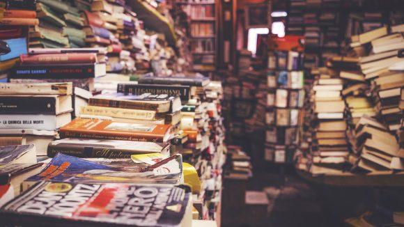 Ein großer Buchstabel in einem Buchhandel.
