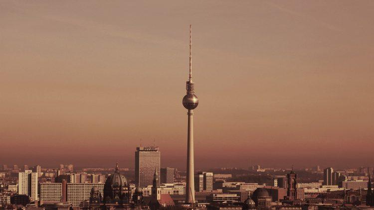 Idylle pur oder raues Pflaster: Der Alex und der Fernsehturm sind Berliner Berühmtheiten.