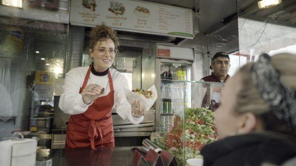 Berliner Promis wie Jennifer Weist und Visa Vie zeigen, wie einfach helfen sein kann.