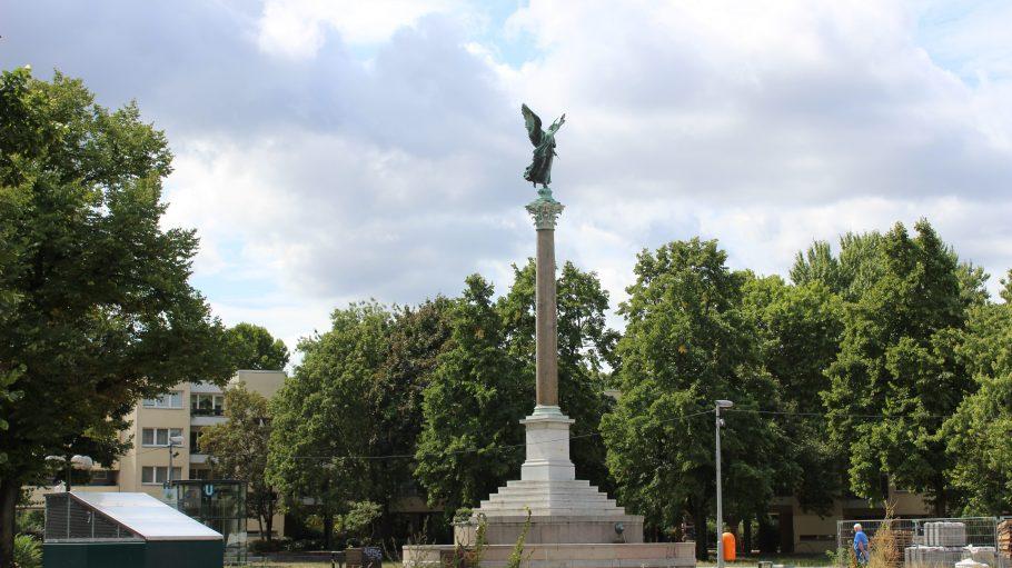 Die Statue im Mehringplatz