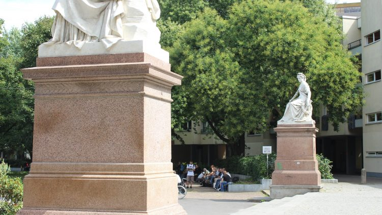 Obdachlosen sitzen auf dem Mehringplatz.