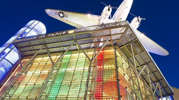 Das Deutsche Technikmuseum mit einer Douglas DC-3 auf dem Dach.