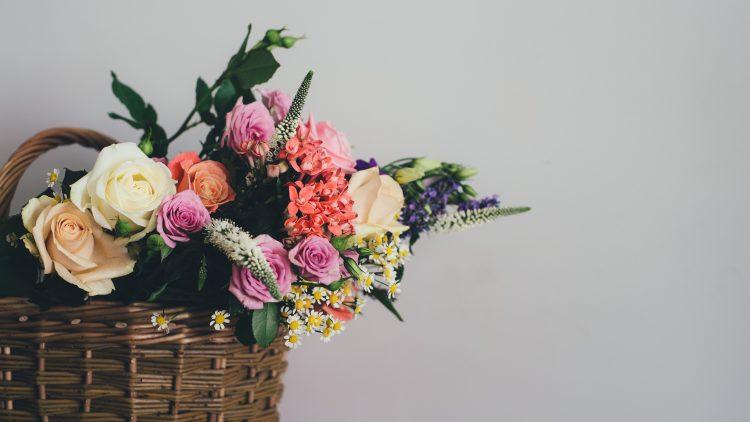 Wildblumen in einem Korb