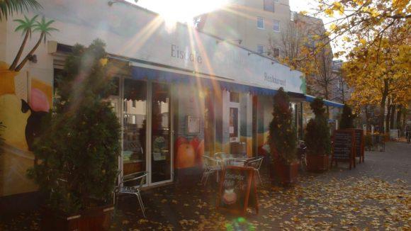"""Das Eiscafé """"Blaue Lagune"""" am Sterndamm in Johannisthal in der Herbstsonne."""