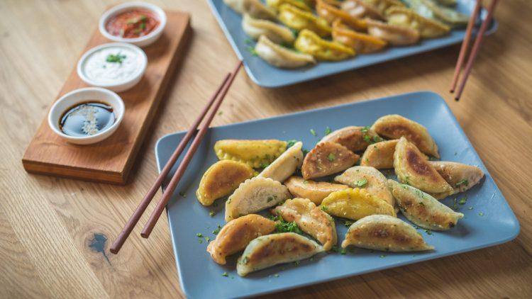 Ob in der Suppe oder serviert mit Dip und Salat, Dumplings kannst du in verschiedenen Ausführungen schlemmen.