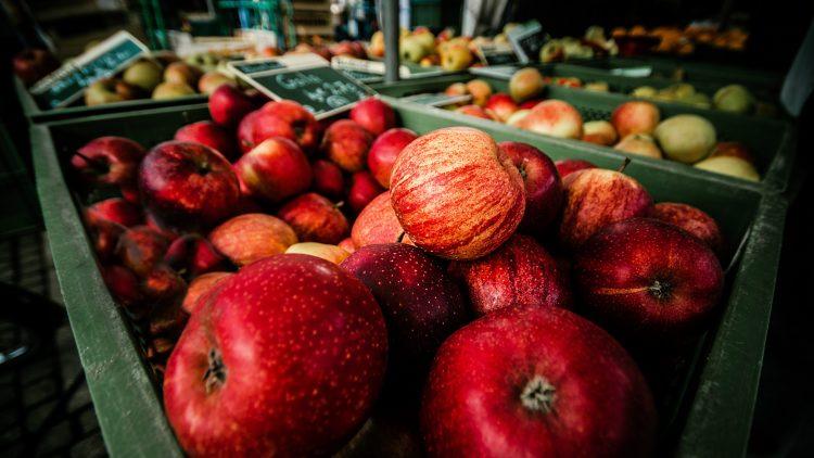 Äpfel und Birnen auf einem Markt.