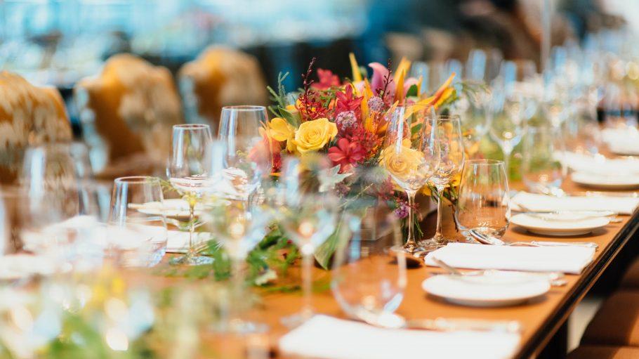 Festlich gedeckter Tisch mit Frühjahrsblumen