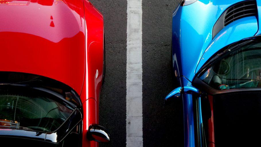 Zwei parkende Cabriolets von oben