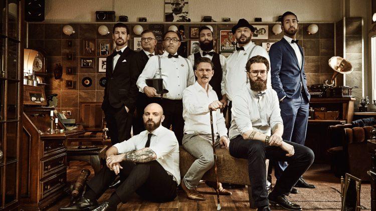 Gruppe von Männern im Stil der 1920er im Barber Shop.