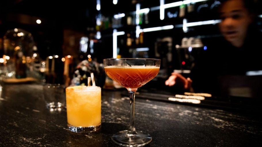 Zwei Cocktails auf Bartresen