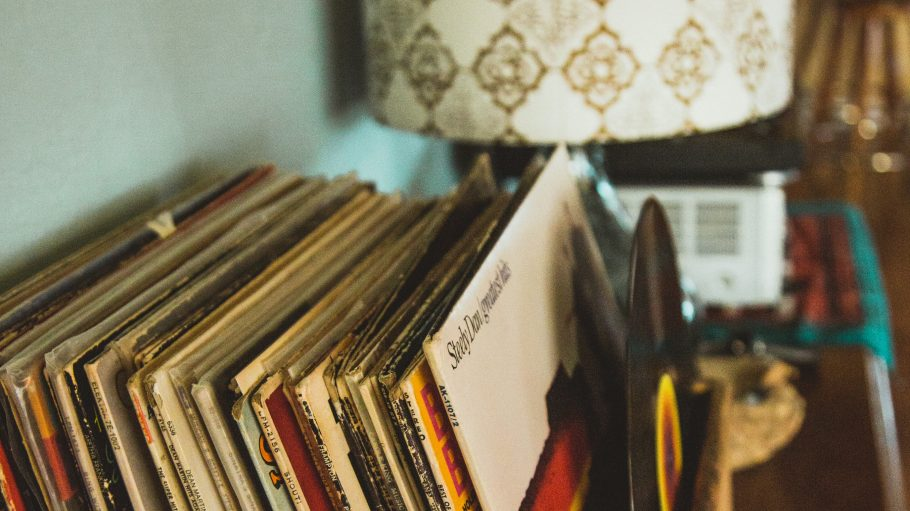 Kiste mit Vinylplatten neben alter Lampe