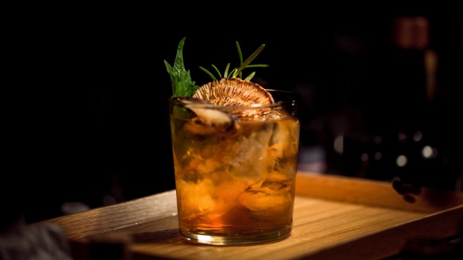 Cocktail mit Pilz und grünem Zweig