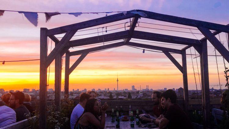 Dachterrasse vom Klunkerkranich Berlin im Sonnenuntergang mit Fernsehturm