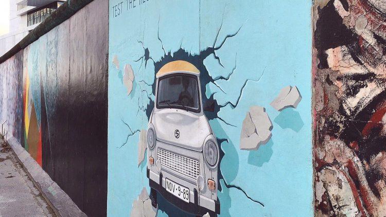 """Die East Side Gallery in Friedrichshain ist wohl der bekannteste Standort der Berliner Mauer. Bild: """"TEST THE REST"""" von Birgit Kinder."""