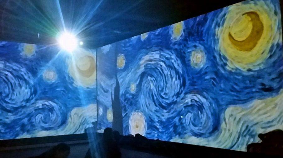 Die Ausstellung lässt dich in die Welt der Klassischen Moderne eintauchen. Auch Werke von Vincent van Gogh siehst du in Übergröße.