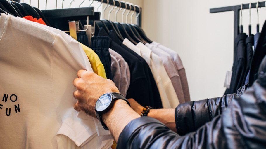 Männerarm der durch Kleidung sucht