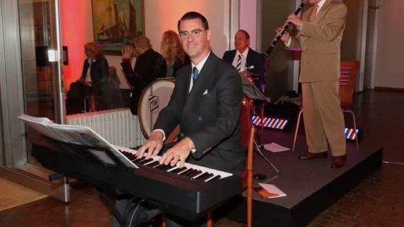 Pianist Andrej Hermlin sorgte für ein paar Takte Musik.
