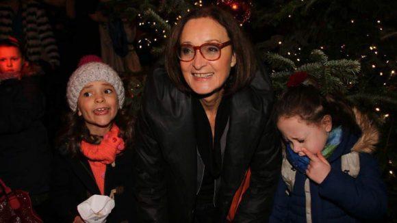 """Eleonore Weisgerber (""""Albert Schweitzer - Ein Leben für Afrika"""") wollte ihren Nichten Shani (froh) und Esther (traurig) die Weihnachtsshow des Roncalli zeigen."""