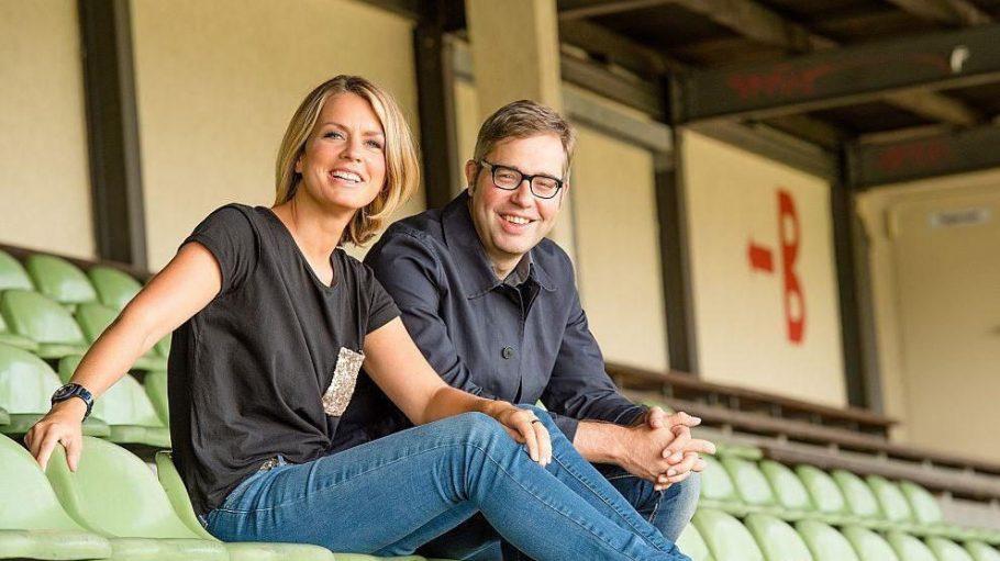 """Die beiden Moderatoren Jessy Wellmer und Philipp Köster kennt man unter anderem von der Radio Eins-Fußballsendung """"Arena"""" (Wellmer) und als 11Freunde-Chefredakteur (Köster)."""