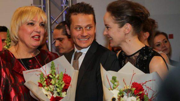 Blumen von Jurorin Claudia Roth (l.), hier mit Juror Roman Kinzka und Gewinnerin Jeanette Hain.