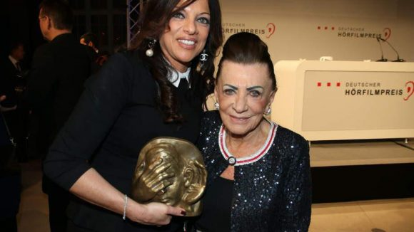 """Dr. Alice Brauner, hier mit ihrer stolzen Mutter Maria im Arm, bekam für ihren Film """"Auf das Leben"""" den Publikumspreis."""