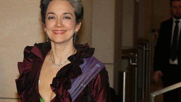 Schauspielerin und Synchronsprecherin Irina Wanka in Rüschenrobe, die nur an einer Stelle farblich akzentuiert war.