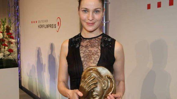 """Jeanette Hainnahm den Preis für """"Landauer - der Präsident"""" in der Kategorie TV entgegen. Die Schauspielerin spielt darin die Rolle derMaria Baumann, die Ehefrau von Fußballfunktionär Kurt Landauer."""