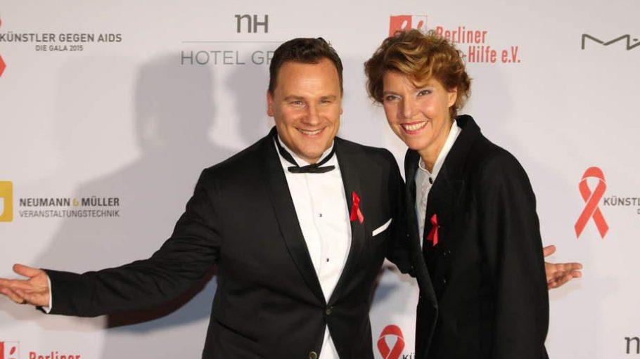 """Guido Maria Kretschmer und Bettina Böttinger moderierten die Jubiläumsausgabe der """"Künstler gegen Aids"""" im Stage Theater des Westens."""