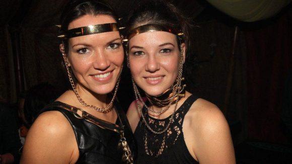 Aus diesem Anlass präsentierten die Models Stefanie und Corinna Schmuck von Perlensäue.