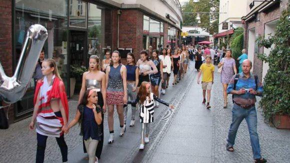 Weiter geht's mit jeder Menge Mode: Rund 100 Models verwandelten beim 16. Walk of Fashion den Kiez rund um den Savignyplatz in einen Laufsteg.