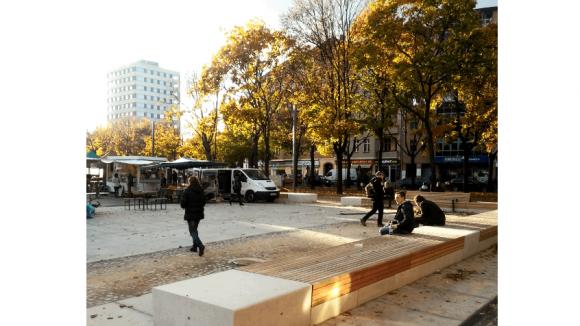 """Alles neu macht der Herbst, zumindest fast alles: Neue Bänke auf altem Namen. Während die Beton- und Holzflächen mehr oder weniger zum entspannten Sitzen einladen, erinnert der Name """"Leopold"""" weiterhin an den Erfinder des militärischen Gleichschritts."""