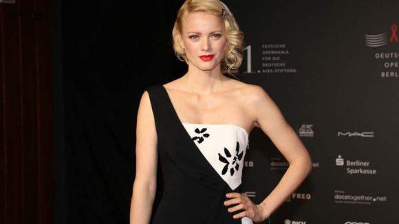 Topmodel Franziska Knuppe bestach in einem elegant geschnittenen schwarz-weißen Kleid und knallrotem Lippenstift.