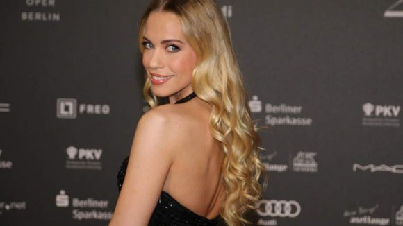 """Schauspielerin Lara-Isabelle Rentinck, unter anderem bekannt aus der ZDF-Serie """"Küstenwache"""", bezauberte die Fotografen am Roten Teppich mit einem gekonnten Schulterblick."""
