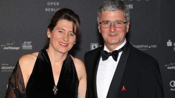 Rupert Stadler, der Vorstandsvorsitzende von Audi (Hauptsponsor), hatte auf der Gala die Ehre, einen Scheck in Höhe von 200.000 Euro überreichen zu dürfen. Er zeigte sich in Begleitung seiner charmanten Ehefrau Angelika Stadler.