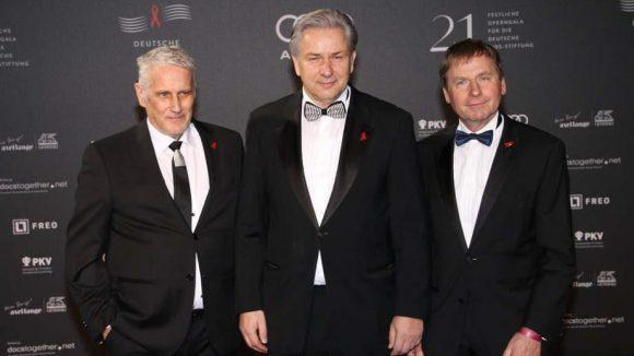Klaus Wowereit übernahm am Samstag die Rolle des Laudators. Auf dem roten Teppich war er zusammen mit Lebenspartner Jörn Kubicki (l.) und Dr. Ulrich Heide, dem Geschäftsführenden Vorstand der Deutschen AIDS-Stiftung (r.) zu sehen.