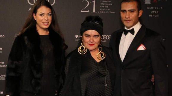 Die neoexpressionistische Künstlerin Elvira Bach (Mitte) zeigte sich in Begleitung ihres Sohnes Lamine und Freundin Sophia.