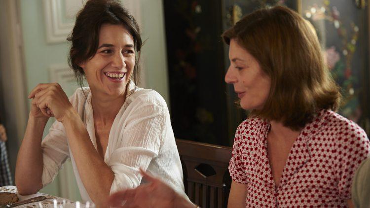 """Charlotte Gainsbourg (links) und Chiara Mastroianni in dem Film """"3 Herzen""""."""