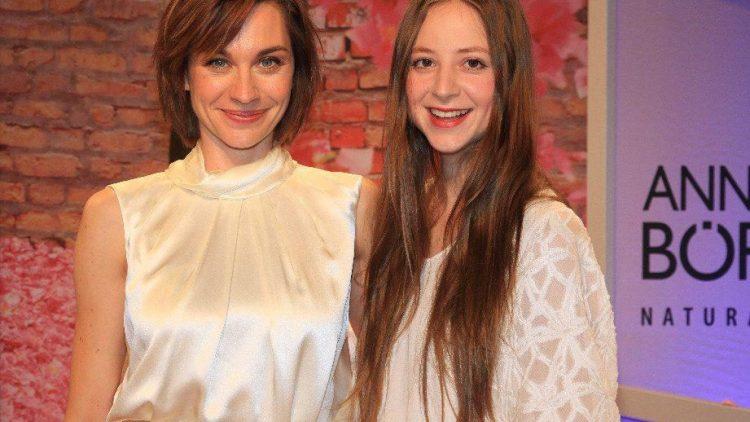 Zwei in weiß: Die Schauspielerinnen Christiane Paul und Sandra von Ruffin. Letztere ist auch als Tochter von Vicky Leandros bekannt.