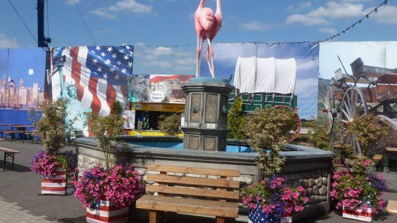 Die Flamingos sind nicht die einzigen Exoten auf dem deutsch-amerikanischen Volksfest.