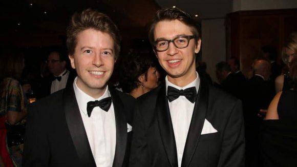 """Christopher Zwickler (links) ist Filmproduzent (""""Hotel Desire"""") und Gründer des Trailerportals flimmer.de. Auf dem Wirtschaftsball lächelte er mit Filmemacher und Autor Igor Plischke um die Wette."""