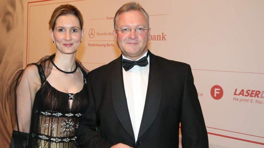 Innensenator Frank Henkel war mit Partnerin Kathrin Bernika auf dem Festball am Sonnabend dabei.