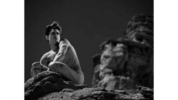 """Eine Ästhetik, wie sie Parfümwerbung heutzutage nutzt: """"Aaron on Rock"""", Red Rock Canyon 1991"""
