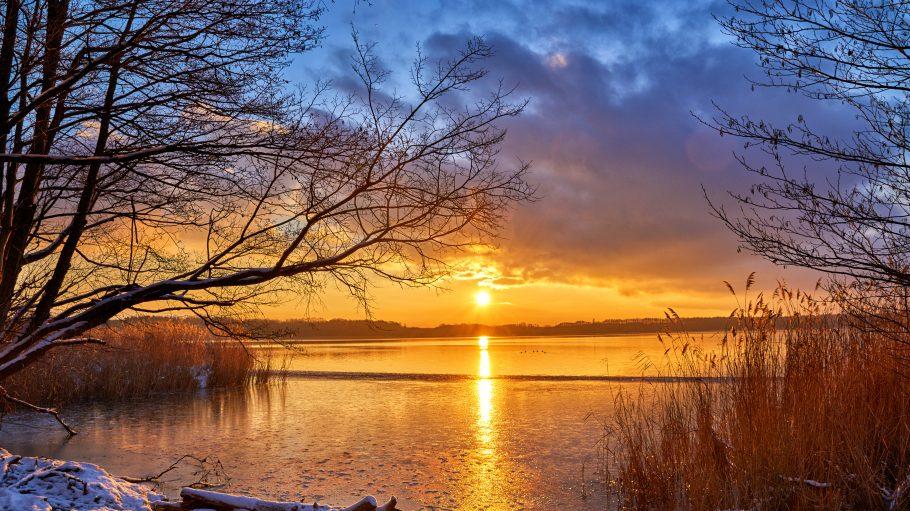 Einen Sonnenuntergang wie diesen am Pätzer Vordersee kannst du bei einer Winderwanderung durch Brandenburg erleben.