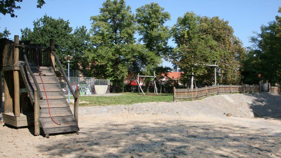 Kinder und Jugendliche haben auf dem Abenteuerspielplatz Forcki in Friedrichshain jede Menge Raum zum Spielen, Toben und Abenteuer erleben.