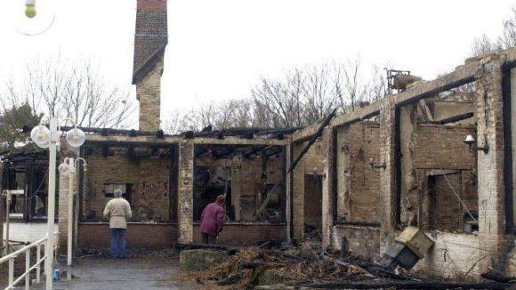Ein Bild aus dem Jahr 2001: Die abgebrannten Wannsee-Terrassen.
