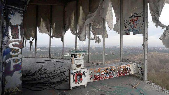 Die Aussicht in 115 Metern Höhe ist großartig, doch flächendeckende Zerstörungen deuten darauf hin, dass nicht nur friedliche Ausflügler durch den Zaun um die Radarstation geklettert sind.