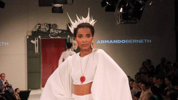 Armando Berneths weißes Kleid erinnert irgendwie an New York.