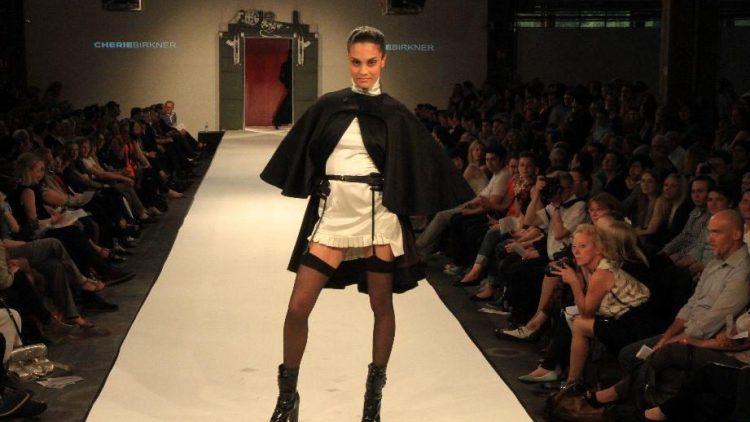 Ein gewagter Entwurf von Cherie Birkner, Absolventin der Modedesign-Ausbildung am Lette Verein.